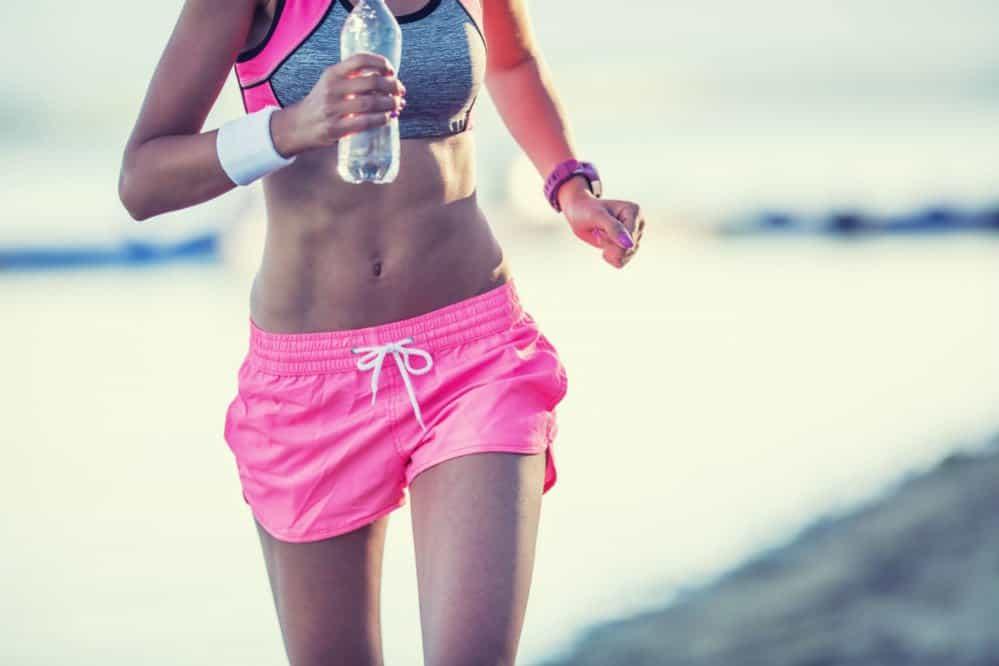 ¿Deberías beber agua mientras corres?