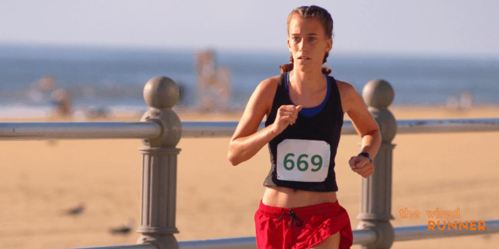 mujeres corriendo en 5k en la playa